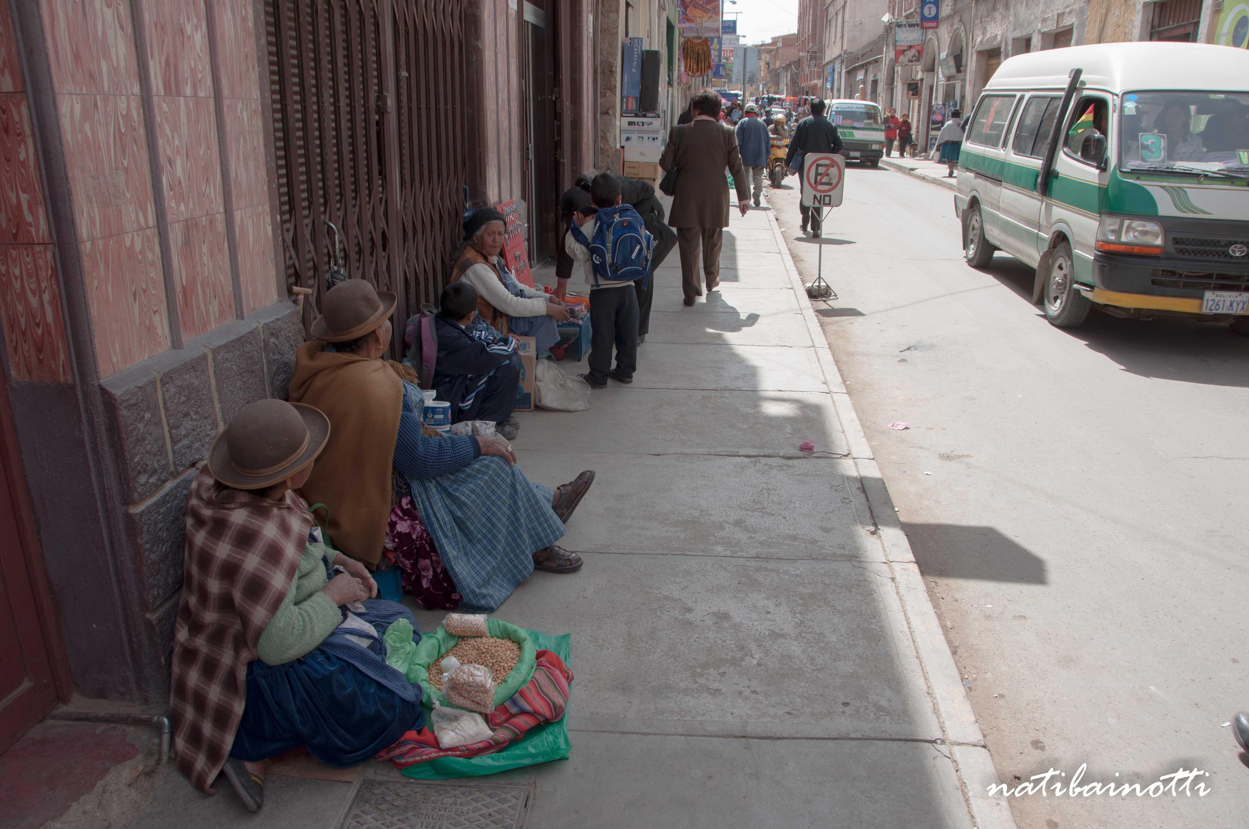 Vendedores callejeros instalados en las veredas.