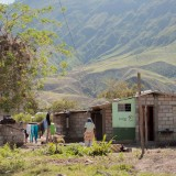 mujer lavando ropa valle del chota ecuador