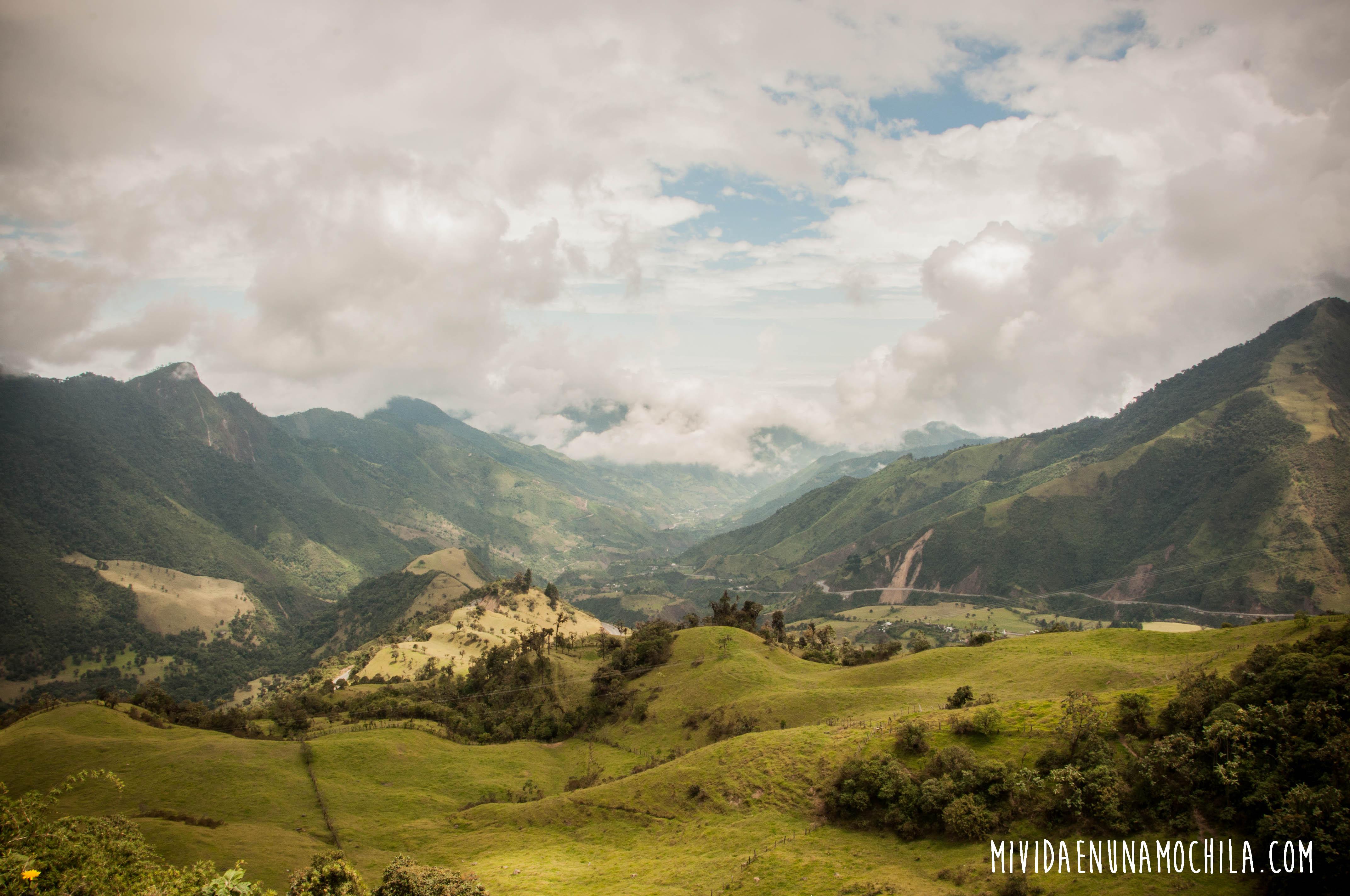 Abajo, las ovejas y los campos de cultivo de la familia que me hospedó en Apahua.
