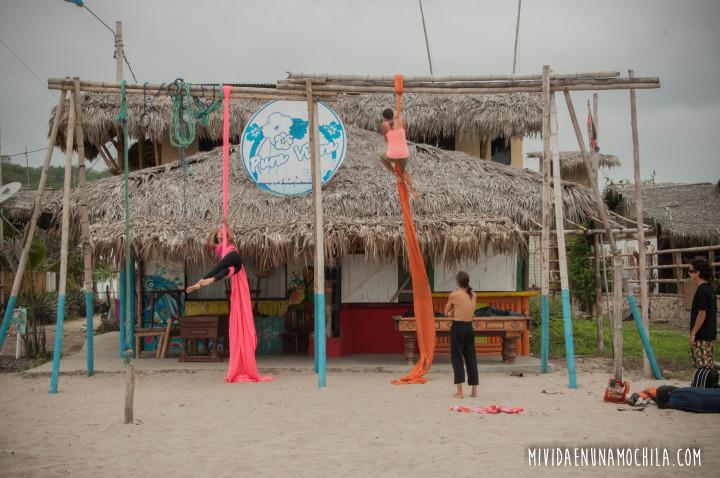 acrobacia en telas en la playa montañita