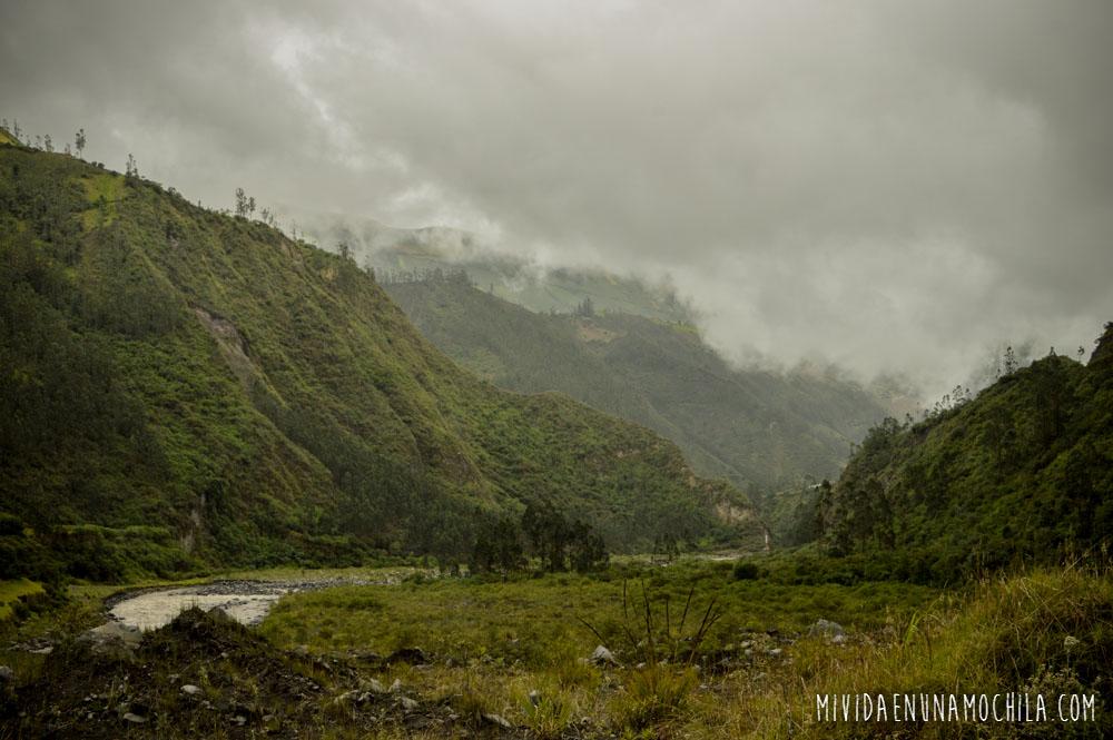 rio montañas nubes ecuador