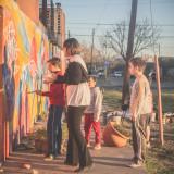 pintando mura con nenes