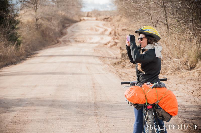 mujer viaja en bici